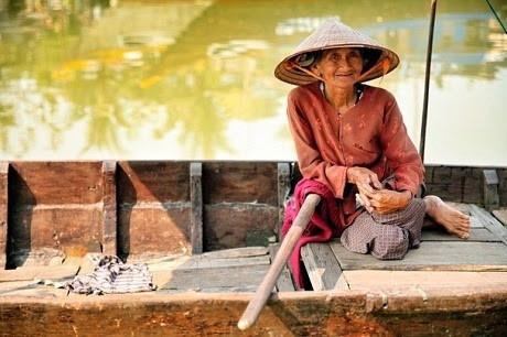 Nụ cười của cụ bà chèo thuyền chở khách qua sông ở Hội An.
