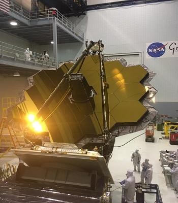 Mặt gương khổng lồ mạ vàng của kính viễn vọng vũ trụ James Webb.