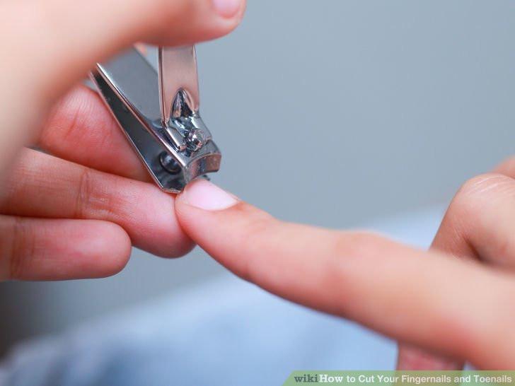 Cắt móng tay khi bắt đầu cảm thấy chúng vướng víu.