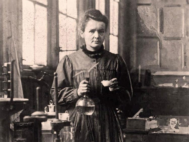 Marie Curie là nhà khoa nữ đầu tiên nhận giải năm 1903.