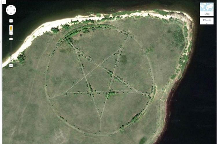 Ngôi sao năm cánh lớn với đường kính 366m được khắc vào bề mặt Trái Đất trên thảo nguyên hoang vắng thuộc miền bắc Kazakhstan.