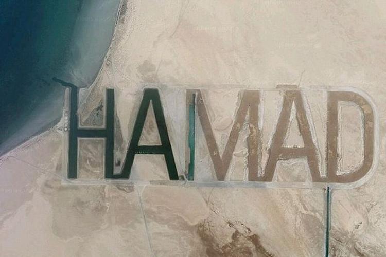 Hamad bin Hamdan al Nahyan, thành viên của gia đình tỷ phú cầm quyền tại Abu Dhabi, khắc tên mình trên bề mặt cát của đảo Futaisi do ông sở hữu trong vùng Vịnh Ba Tư.