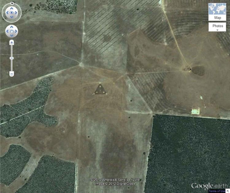 """Tại tọa độ 30°30'38.44"""" vĩ nam và 115°22'56.03"""" kinh đông ở Australia, một hình tam giác kỳ lạ với ánh sáng chói xuất hiện giữa cánh đồng."""