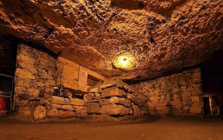 Bên trong hầm mộ mê cung này có các phòng giải trí, phòng ăn, bếp hay một bệnh viện...
