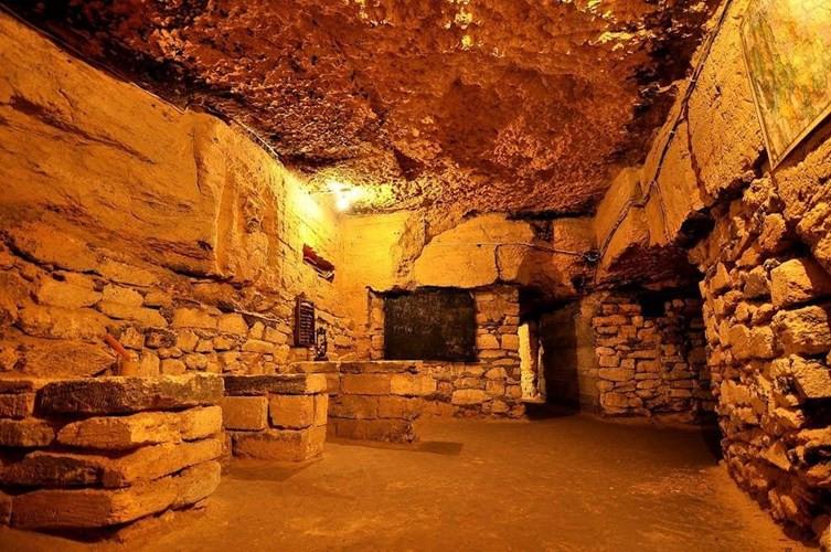 Nhiều nhà thám hiểm đã tới hầm mộ Odessa để khám phá và phát hiện được một số cổ vật như tiền xu, quần áo...