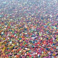 Hồ nước kỳ lạ chứa hàng triệu viên đá bảy sắc cầu vồng
