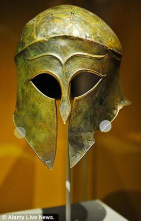 Trong ảnh là chiếc mũ giáp bằng đồng được chế tác vô cùng tinh xảo.