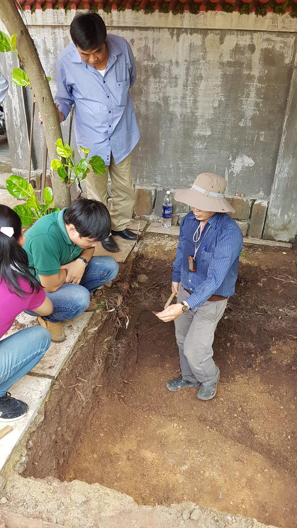 Các chuyên gia đang khảo cổ tại vị trí có nền móng lạ.
