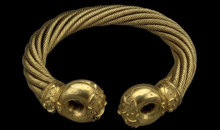 Vòng cổ tinh xảo này của người Celtic được chế tác từ vàng và bạc.