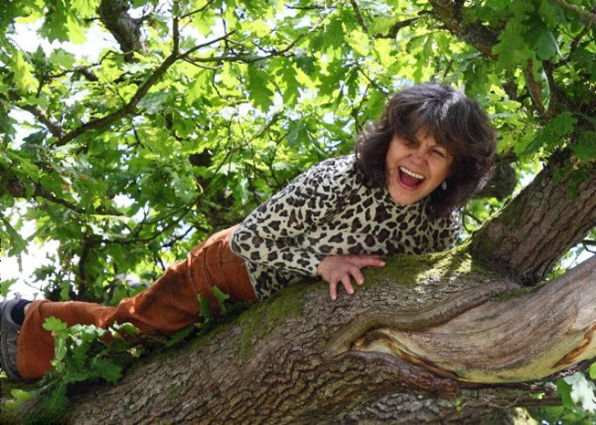 Marina Chapman leo tót lên cây một cách nhanh nhẹn dù đã ở độ tuổi 64.