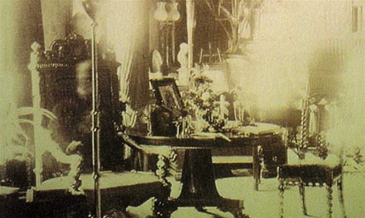 Bóng mờ ngồi trong chiếc ghế bành được tin là hồn ma của lãnh chúa Combermerre.