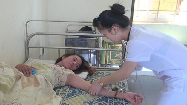 Bệnh nhân mắc sốt xuất huyết đang được điều trị tại trạm y tế xã Diễn Thịnh.