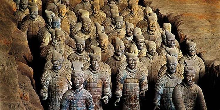 Đội quân đất nung bao gồm 8.000 tượng binh sĩ canh gác lăng mộ Tần Thủy Hoàng.