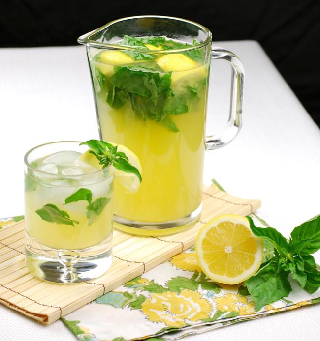 Khi đi du lịch, để đề phòng ngộ độc bạn hãy uống 1 cốc nước chanh.