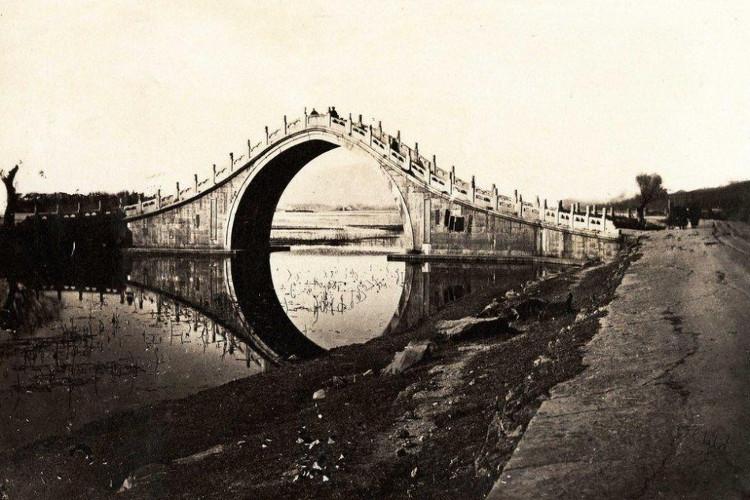 Một cây cầu bằng đá cẩm thạch toạ lạc trong Di Hoà Viên