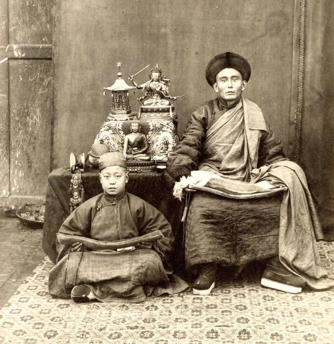 Trong ảnh là nhà sư Tây Tạng và học trò của ông với tràng hạt trên tay.
