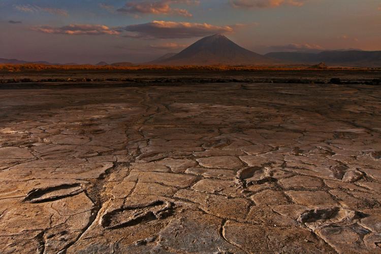 Dấu bùn ở núi lửa Ol Doinyo Lengai.