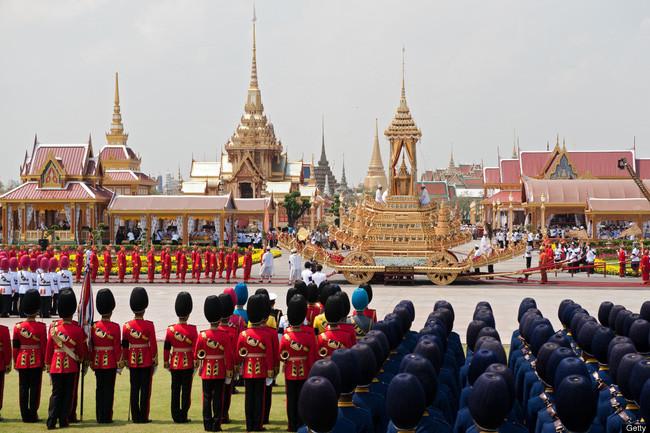Người dân sẽ mặc trang phục đen hoặc trắng để tỏ lòng tôn kính với đức vua.