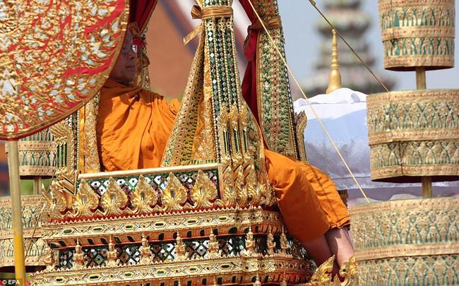 Với hầu hết người dân Thái Lan, bao gồm cả người trong hoàng tộc đều phải tuân theo một số nghi lễ nhất định của Phật giáo.