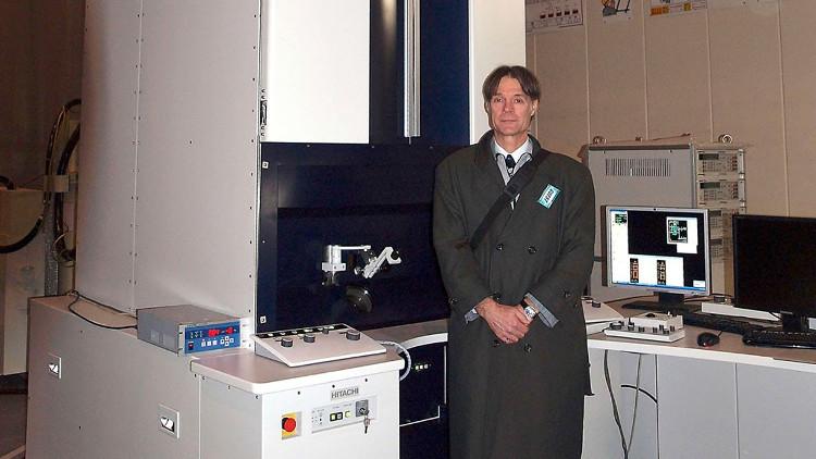Kính hiển vi STEHM - một trong những chiếc kính hiển vi mạnh mẽ nhất thế giới với khả năng gấp 714 ngàn lần mắt người.