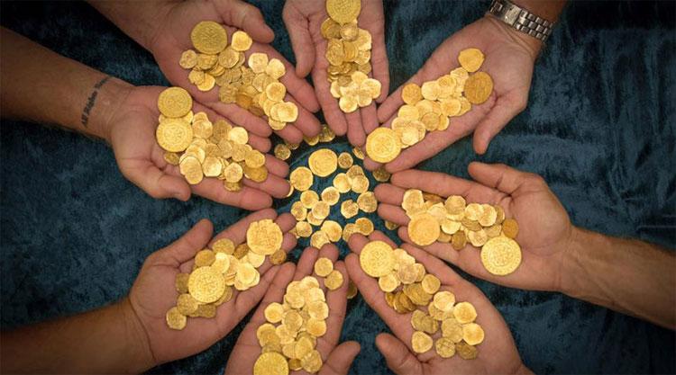 Những đồng tiền vàng được tìm thấy trên chiếc tàu đắm.
