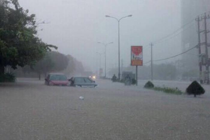 Quốc lộ, tỉnh lộ theo trục Đông Tây bị ngập úng từ 0,6 đến 1,2m, chia cắt nhiều thôn xã.