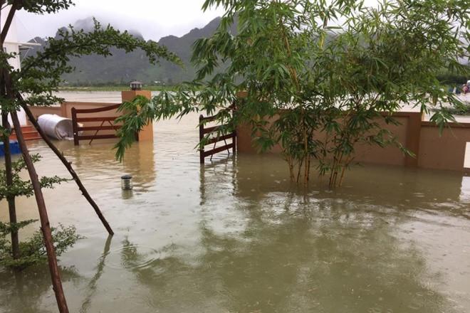 Nước nhiều con sông ở Quảng Bình đang mức báo động 2 và dự báo còn dâng cao do trời tiếp tục mưa to và rất to.