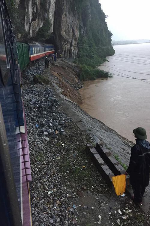Tàu SE19 sau thời gian bị kẹt giữa nước lũ đã được kéo về ga Lệ Sơn, chờ nước rút.