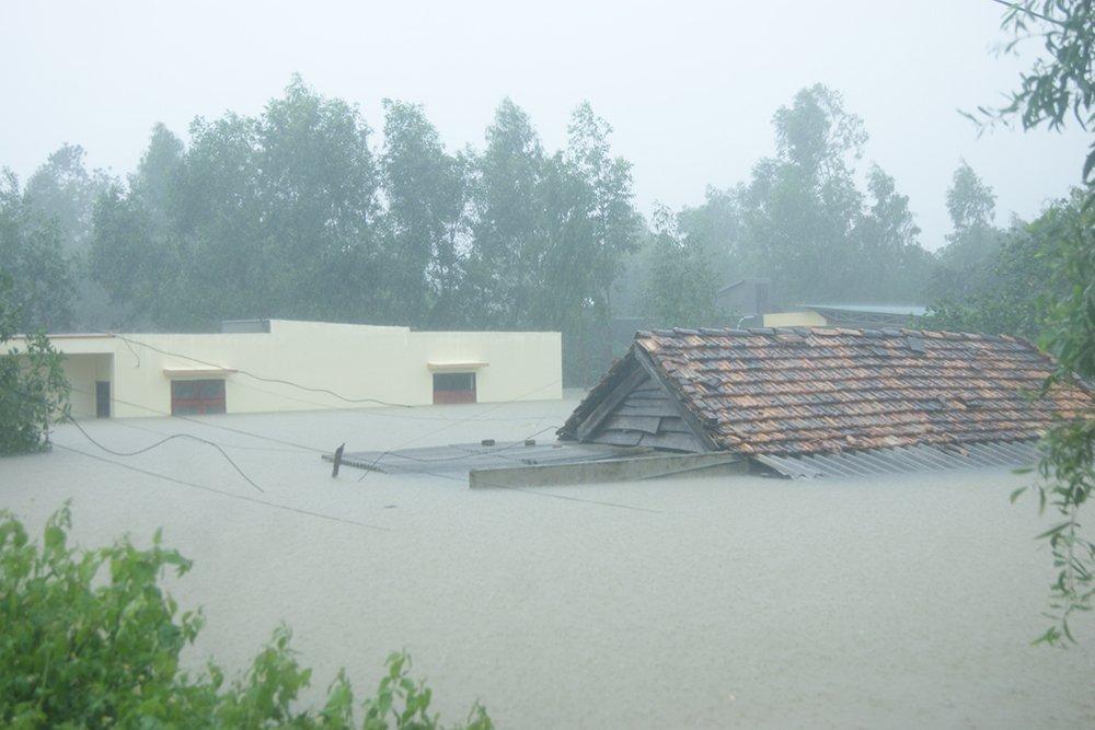 Hai ngày qua, áp thấp nhiệt đới đi vào đất liền gây mưa to đến rất to tại Quảng Bình, tổng lượng mưa phổ biến 400-500mm