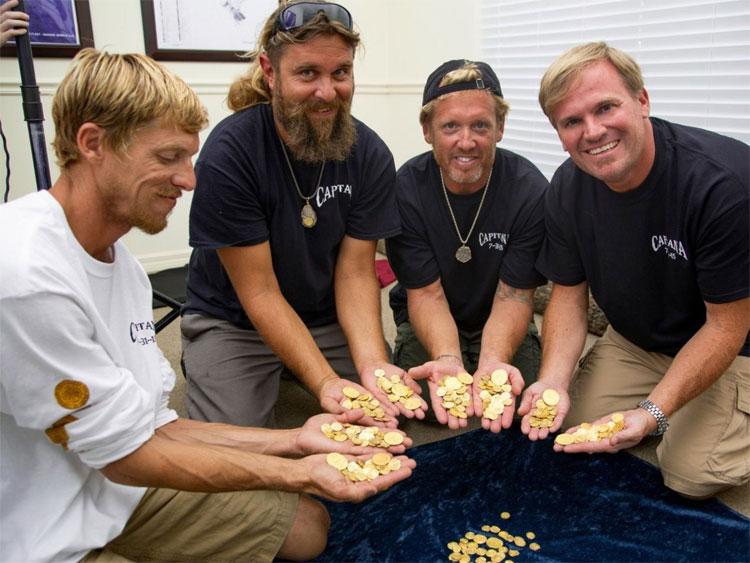 Nhóm thợ lặn tìm được kho báu.