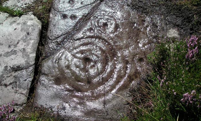 Bản khắc đá do Currie phát hiện ở trung tâm thành phố Perthshire, Scotland.