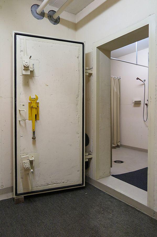 Cánh cửa bê tông của một căn hầm trú ẩn công cộng.