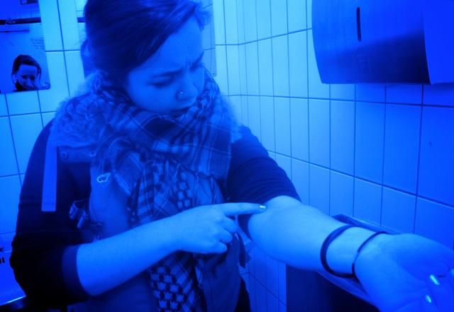 Đèn xanh trong phòng vệ sinh