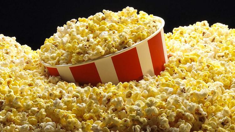 Bắp rang bơ là món ăn không thể thiếu mỗi khi đến rạp chiếu phim.