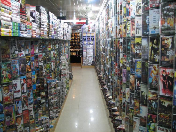 Những cửa hàng băng đĩa nhạc như thế này cũng đã và đang dần bị bóp chết bởi những nhà cung cấp online miễn phí trên mạng.