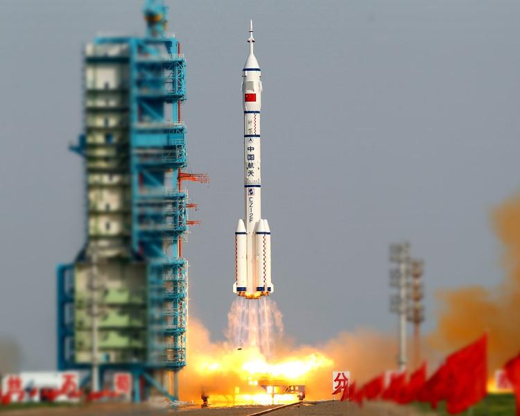 Tàu Thần Châu 11 khởi hành từ bãi phóng Tửu Tuyền trên sa mạc Gobi.