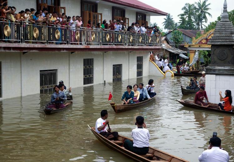 Trên thực tế, chỉ cần dòng nước lũ dâng cao khoảng 15cm và di chuyển với vận tốc nhanh đã đủ sức cuốn phăng một người.
