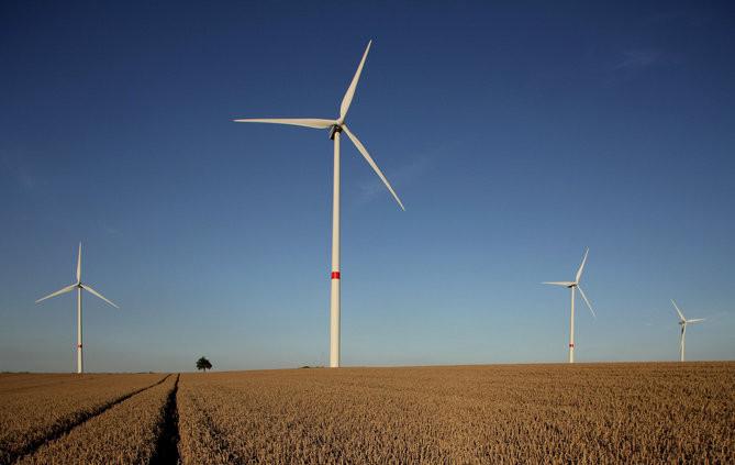 Các tua-bin gió không phải lúc nào cũng hoạt động vì còn dành thời gian để bảo trì định kỳ.