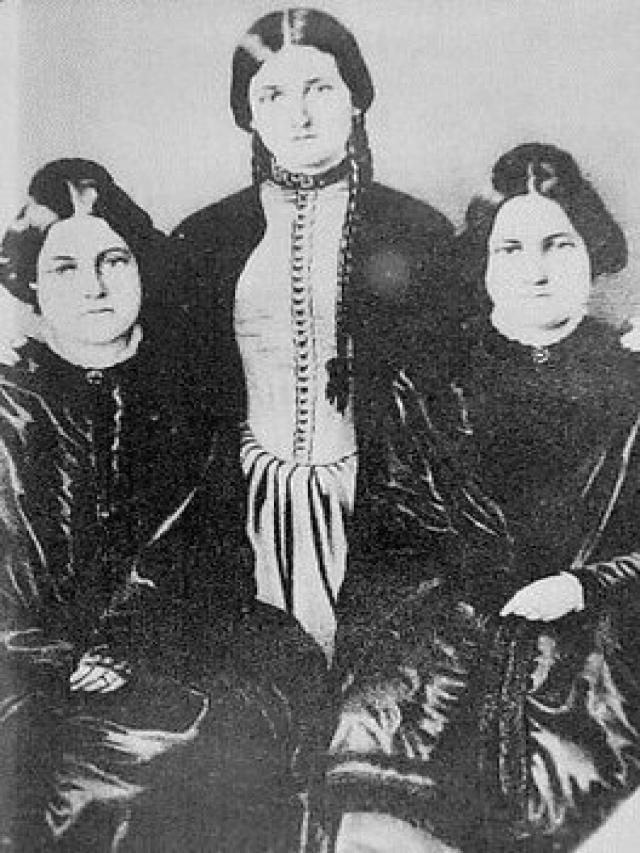 Margaret, Kate và Leah Fox.