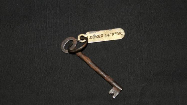 Chiếc chìa khóa tủ có gắn thẻ Locked 14 F Deck.