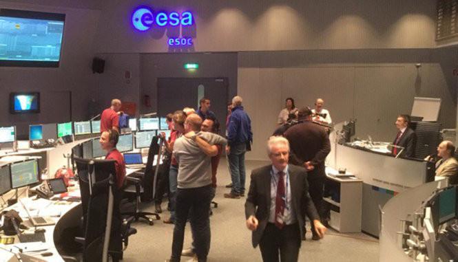 Các nhà khoa học của ESA vui mừng khi nhận được tín hiệu của robot Schiaparelli từ sao Hỏa