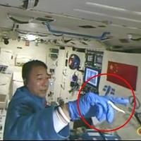 Video: Phi hành gia Trung Quốc chơi với tằm trong không gian