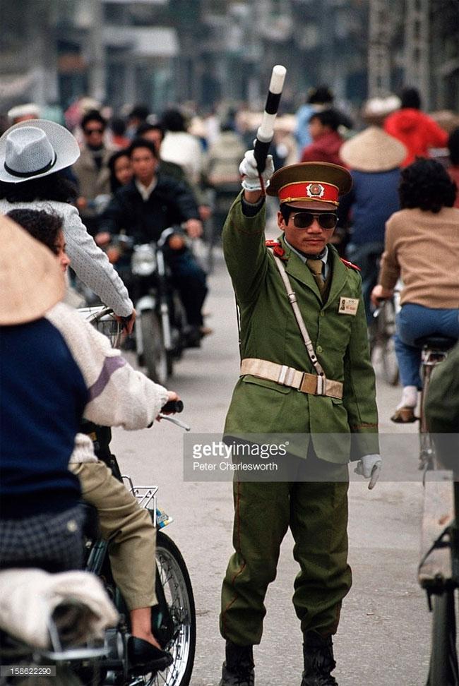 Người cảnh sát điều khiển giao thông ở khu phố cổ Hà Nội.