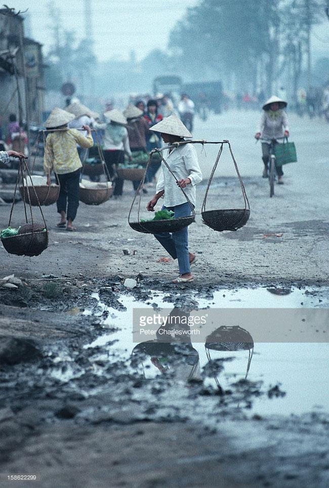 Những người phụ nữ quẩy đòn gánh ra chợ.