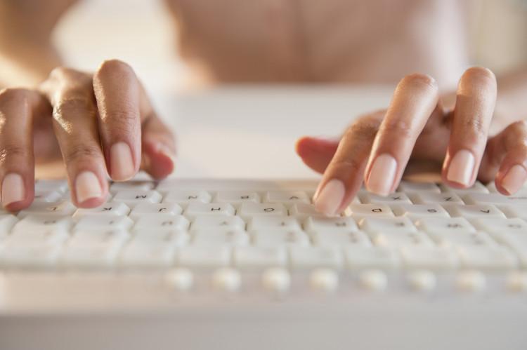 Phương pháp gõ bàn phím 10 ngón, được coi là phương pháp thích hợp và nhanh nhất.