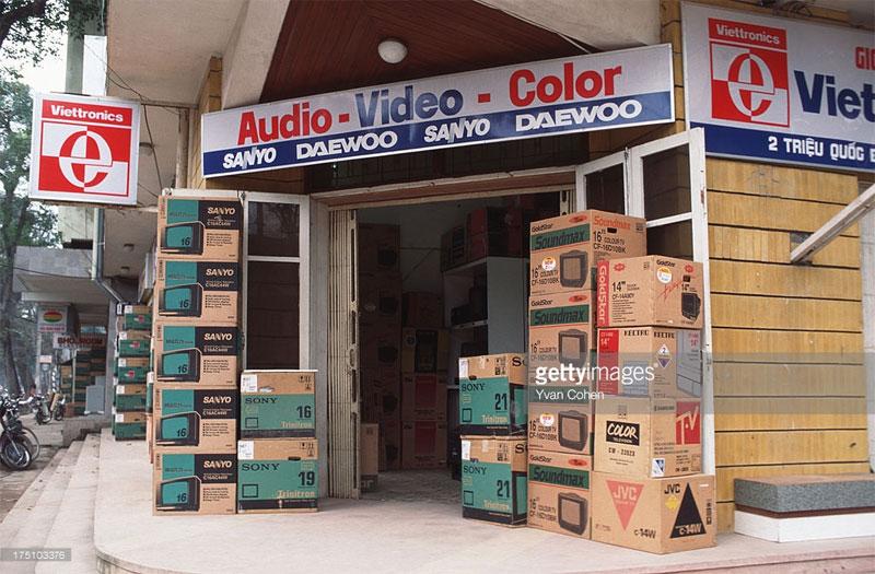 Một cửa hàng bán đồ điện tử tại ngã ba Triệu Quốc Đạt - Hai Bà Trưng.