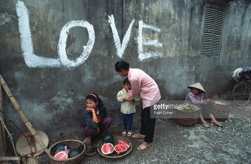 """Bức tường có chữ """"Love"""" trong một con ngõ."""