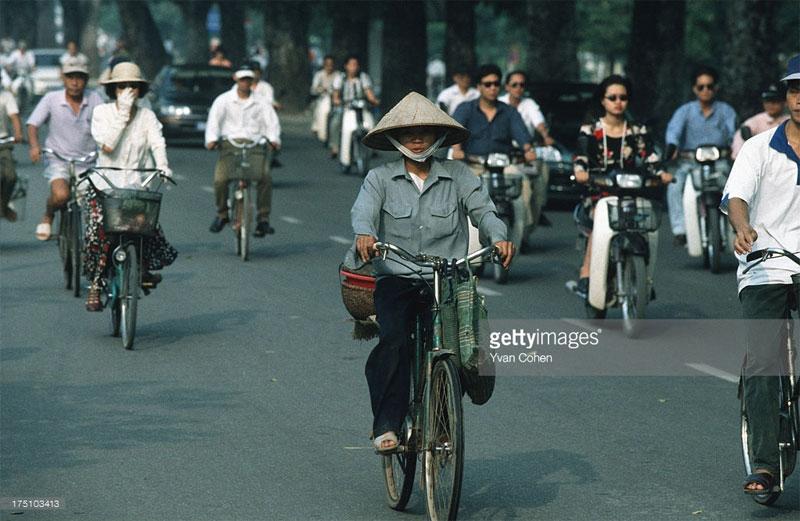 Xe đạp và xe máy cùng nhau trên đường.