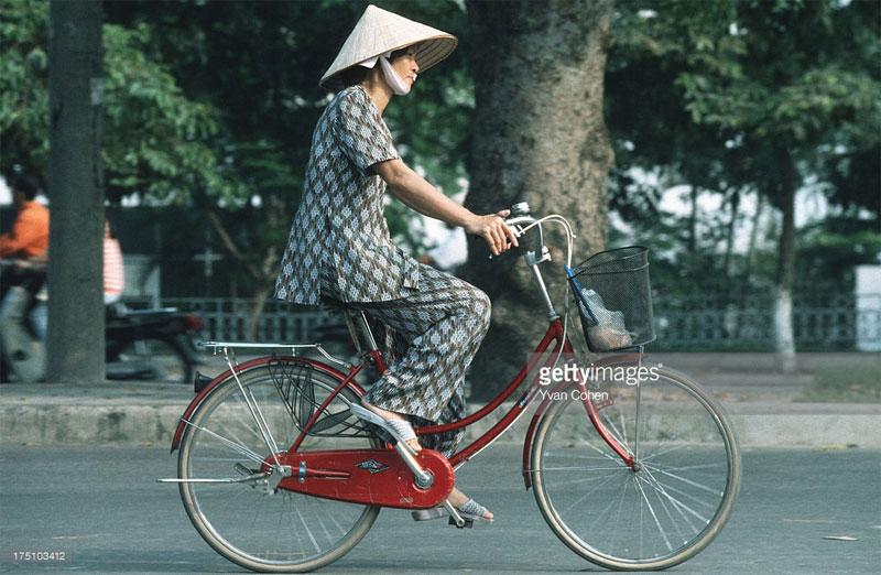 Một người phụ nữ trên chiếc xe đạp mini Nhật.