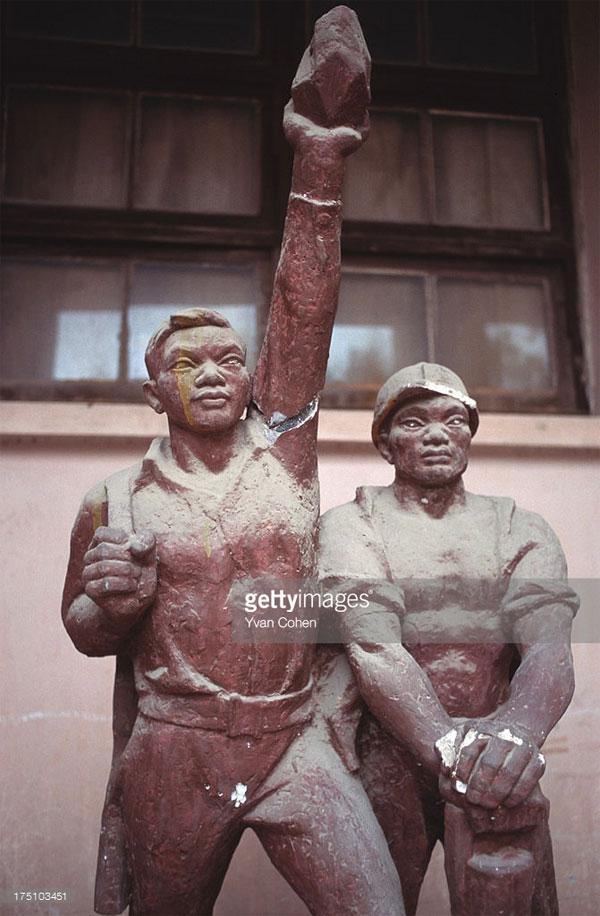 Một bức tượng cổ động được trưng bày tại Đại học Mỹ Thuật.